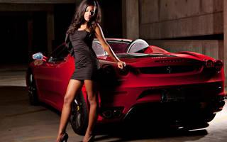 Menina elegante perto do carro.