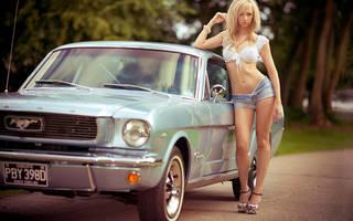 Hübsches Mädchen in Shorts und ein Tank-Top.