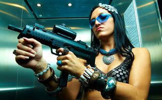 Muchacha con un arma.
